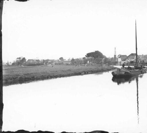 Oldeboorn skutsje met kerk op achtergrond 1920