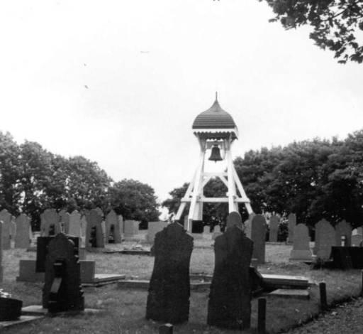 Klokkenstoel met een zogenaamd helmdak op de begraafplaats van Nes, onder Akkrum.1971