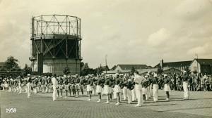 1958 aug van renssenkorpd bij gasfabriek in Heerenveen